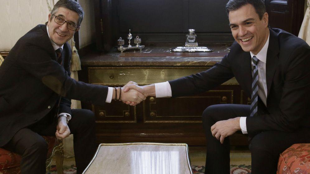 Foto: El secretario general del PSOE, Pedro Sánchez, y el presidente del Congreso, Patxi López, durante su reunión en la Cámara Baja este 15 de febrero. (EFE)