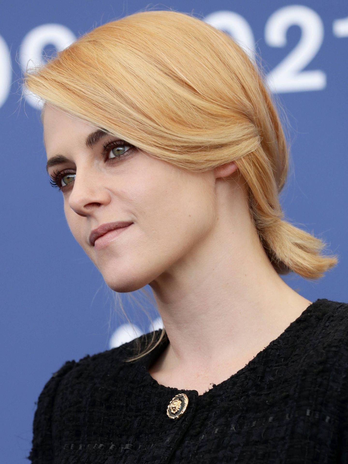 Primer plano del nuevo rubio de Kristen Stewart, nada más llegar al Festival de Cine de Venecia. (Getty)