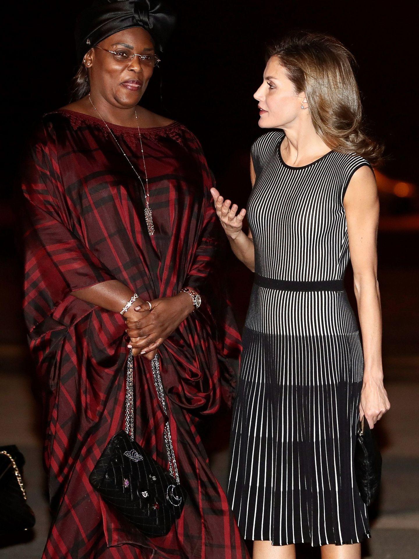 La Reina, en Senegal con un vestido parecido al de su hija. (EFE)