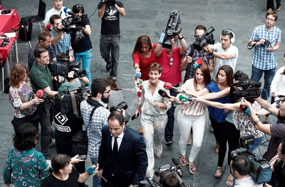 Foto: María Chivite es abordada por los medios al término de la sesión constitutiva del Parlamento de Navarra, este 19 de junio. (EFE)