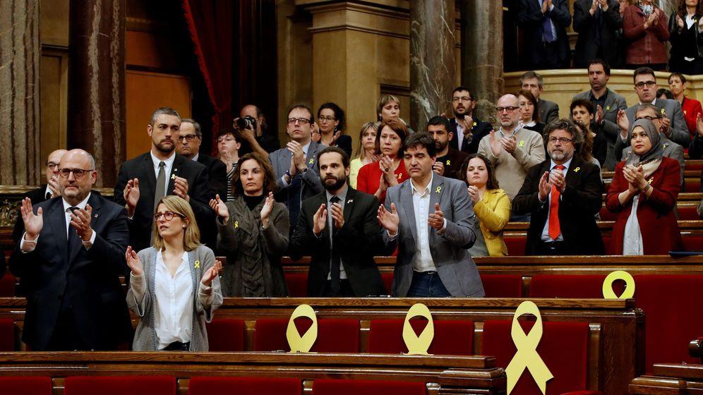 Foto: Los diputados del bloque independentista aplauden en pie en recuerdo de los políticos encarcelados. (EFE)