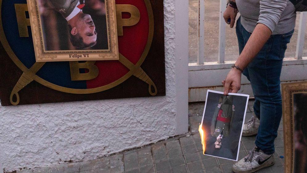 Foto: Queman fotos del Rey cerca del Palacio de Congresos de Catalunya (PAU VENTEO - EUROPA PRESS)