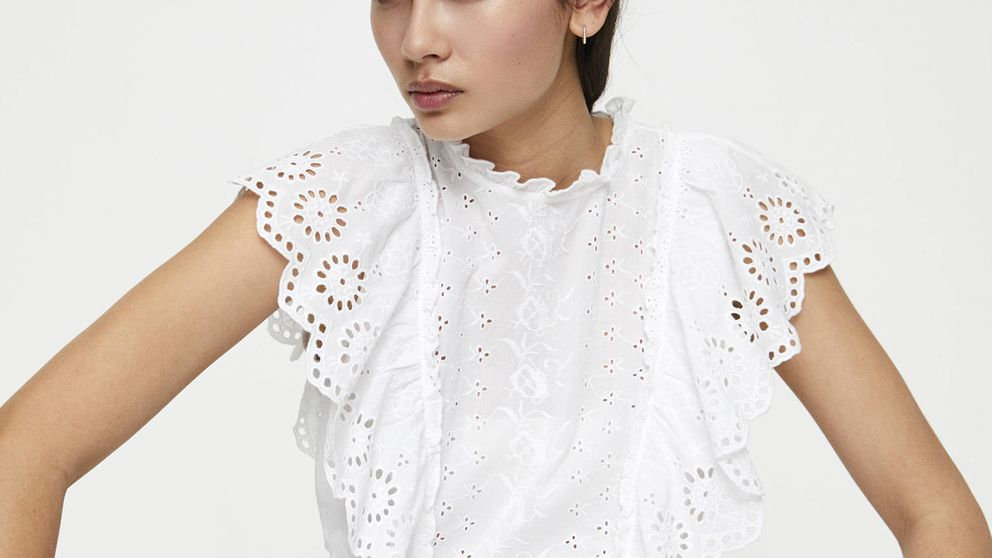El conjunto de falda y top de Pull and Bear es el look total blanco perfecto de este año