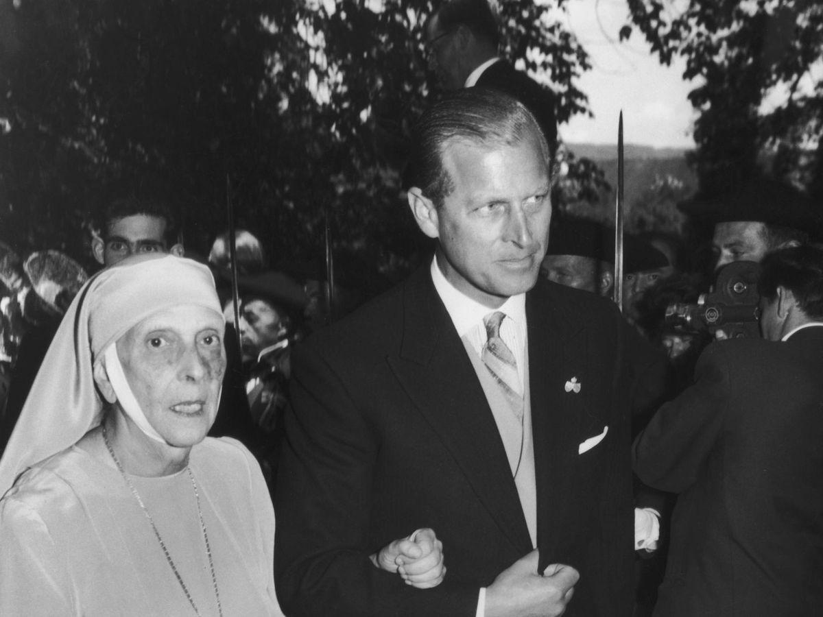 Foto: El duque de Edimburgo, junto a su madre en 1960. (Getty)