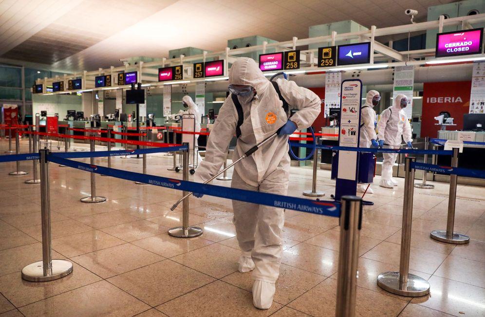Foto: Miembros de la UME desinfectan el aeropuerto Josep Tarradellas Barcelona-El Prat, en la tarde de este 19 de marzo. (Reuters)