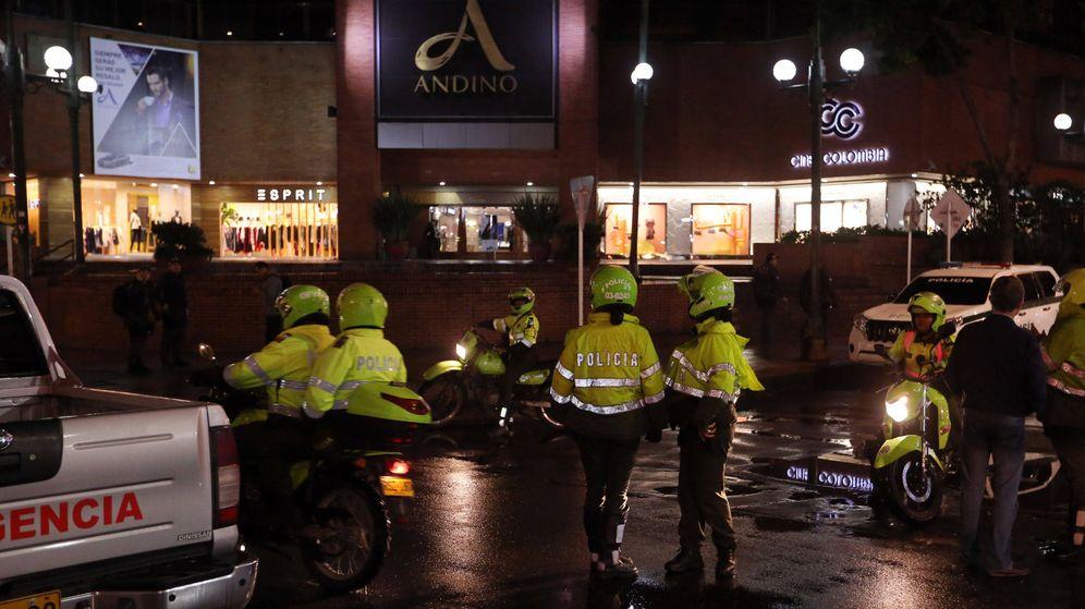 Foto: Integrantes de la policía colombiana inspeccionan los alrededores del Centro Comercial Andino donde se produjo la explosión. (EFE)