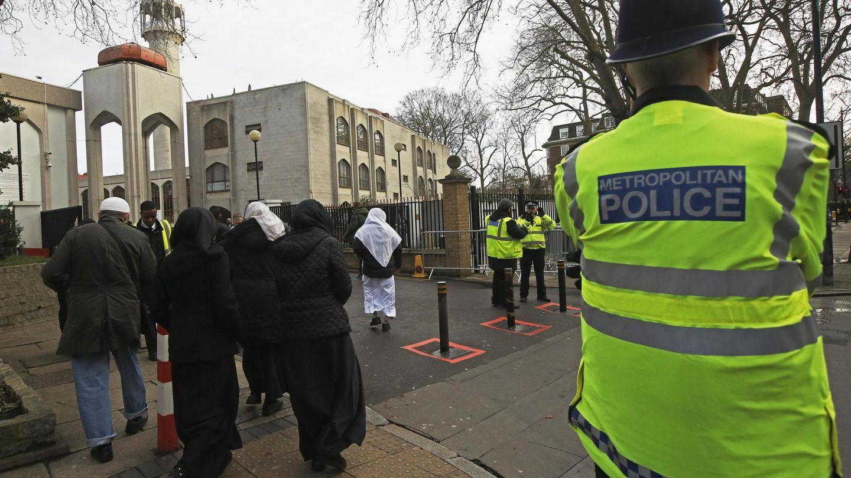 Un policía vigila la entrada de la Mezquita Central de Londres en Regent's Park, en enero de 2015. (Reuters)