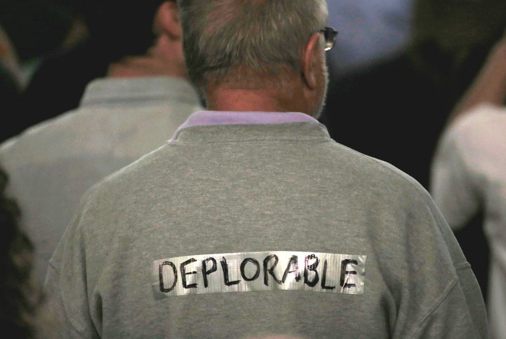 Foto: Un partidario de Donald Trump con un cartel que dice deplorable, una referencia al adjetivo despectivo utilizado por Hillary Clinton contra los votantes de su adversario (Reuters)