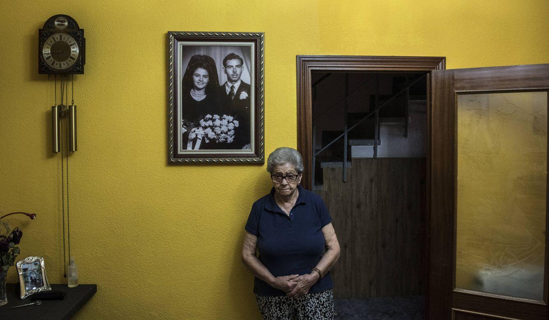 Foto: María Luisa, la anciana de Torres de la Alameda que intentó suicidarse, posa en su salón junto a un retrato del día de su boda. (Fotos: Natalia Lázaro Prevost)