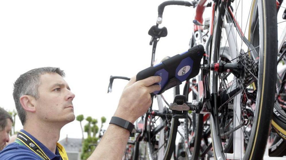 Foto: Un miembro de la UCI escanea una bicicleta.