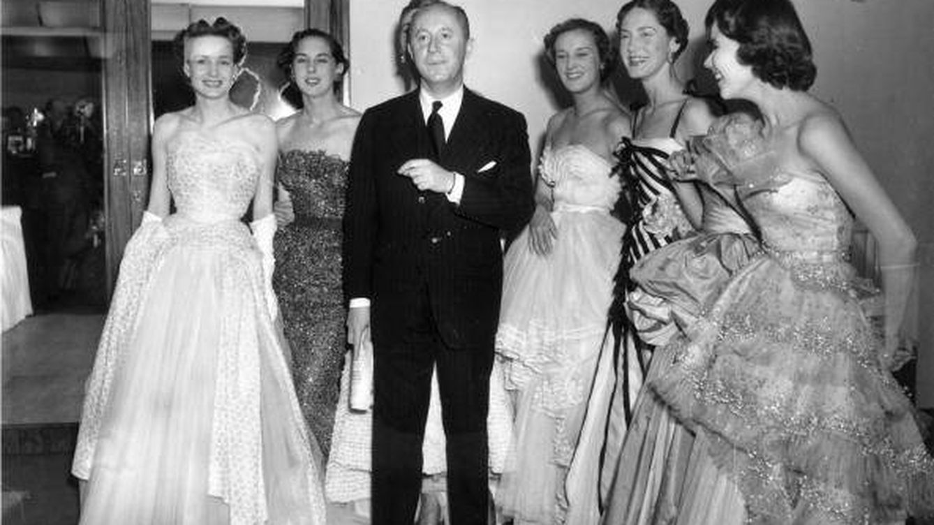 Foto: Christian Dior con modelos (Foto de Fred Ramage/Keystone/Getty Images).