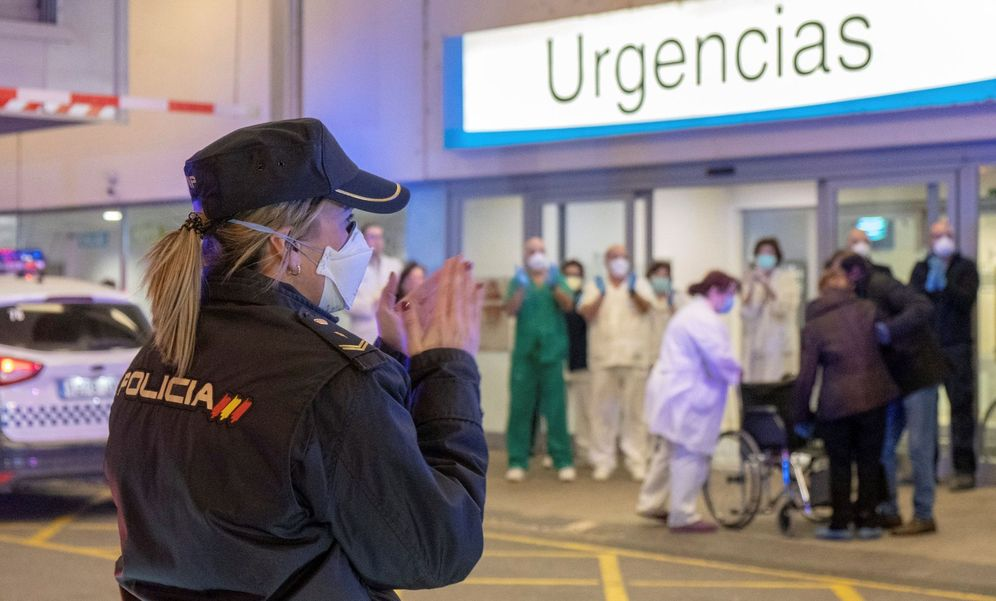 Foto: Personal sanitario se emociona con los aplausos y sirenas de la Policía en Logroño. (EFE)
