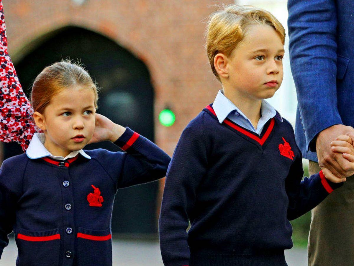 Foto: George y Charlotte, en su primer día de clase. (Getty)