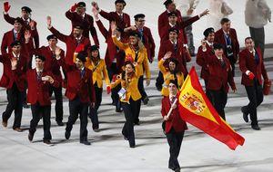 Javier Fernández espera la medalla tras la inauguración de Sochi