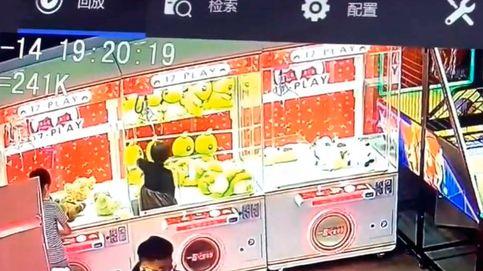 Una niña se mete en una máquina para sacar un peluche y se queda atrapada