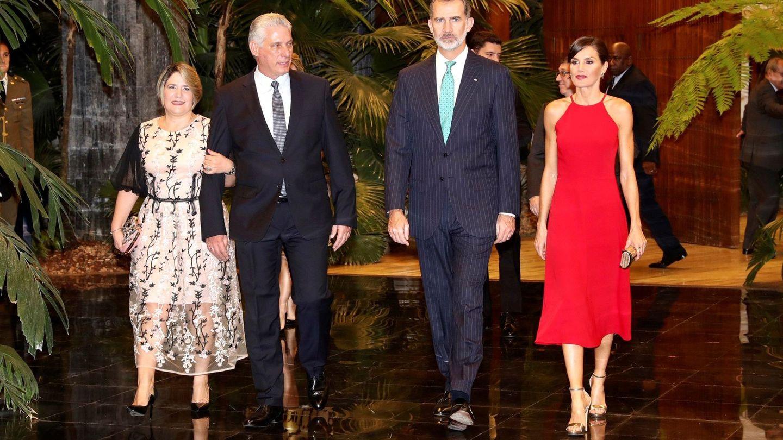 Los Reyes con el matrimonio presidencial. (Efe)