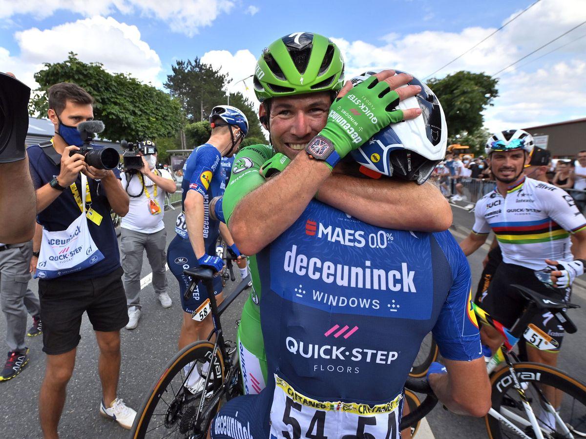 Foto: Cavendish celebra el triunfo con su amigo Cattaneo. (REUTERS)
