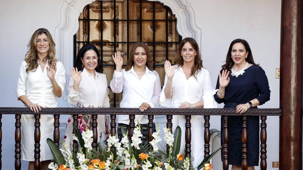 Foto: Begoña Gómez junto al resto de compañeras. (EFE)