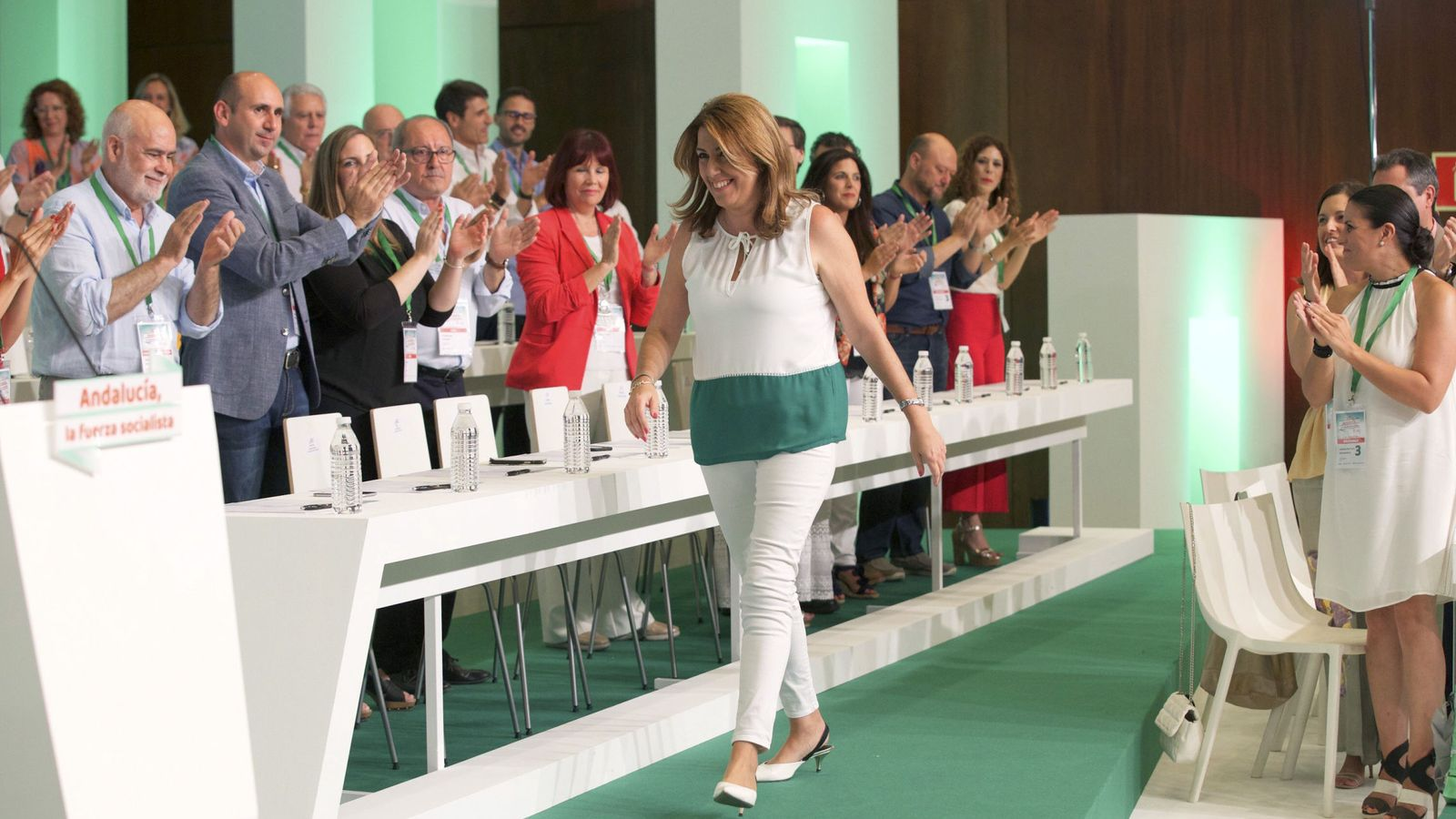 Foto: La presidenta andaluza y secretaria general del PSOE-A, Susana Díaz, es aplaudida por la nueva ejecutiva tras ser reelegida durante la clausura del 13 Congreso del PSOE de Andalucía. (EFE)