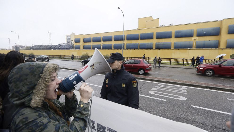 Concentración de apoyo a los internos del CIE de Aluche, en huelga de hambre