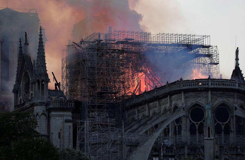 Foto: Vista general del incendio que consume el techo de la catedral de Notre-Dame este lunes, en París.