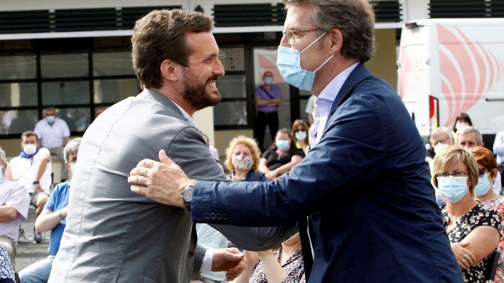 Foto: El presidente del PP, Pablo Casado (i), saluda al líder del PP gallego, Alberto Núñez Feijóo. (EFE)