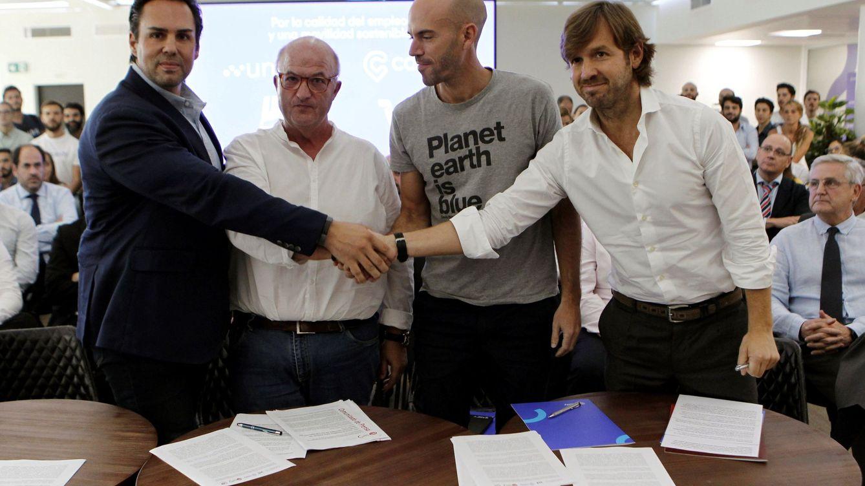 Foto: Rosauro Varo (izq.), junto al fundador de Cabify, Juan de Antonio, el secretario general de FeSMC-UGT, Miguel Cilleros, y Eduardo Martín, presidente de Unauto. (EFE)