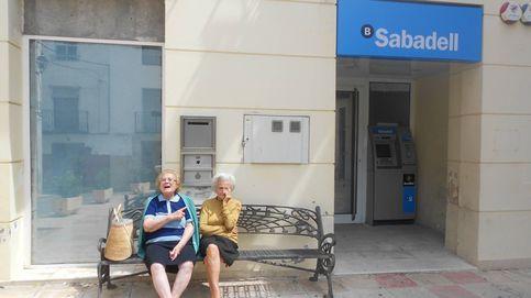 A por la pensión en taxi o con poderes a los hijos: la vida en los pueblos sin banco