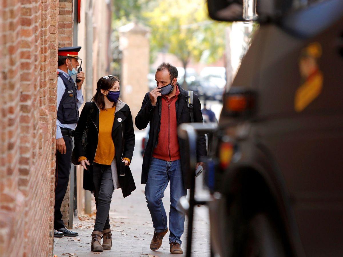 Foto: La exdiputada de ERC Marina Llansana (i) junto al abogado Benet Salellas (d), en las inmediaciones de su domicilio tras la detención de su pareja, el empresario Oriol Soler. (EFE)