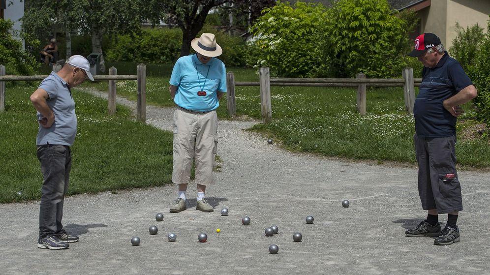 Foto: Jubilados jugando a la petanca. (Reuters)