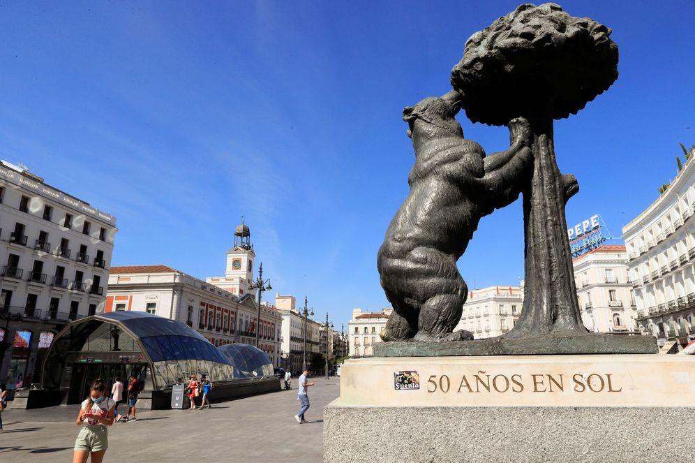 Foto: MADRID, 24 08 2020.- La estatua del Oso y el Madroño vista en una Puerta del Sol casi vacía por la pandemia (EFE)