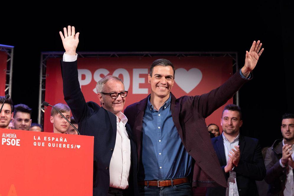 Foto: Pedro Sánchez y el ministro de Cultura, José Guirao, este 29 de marzo de 2019 en un mitin en Almería. (Eva Ercolanese | PSOE)
