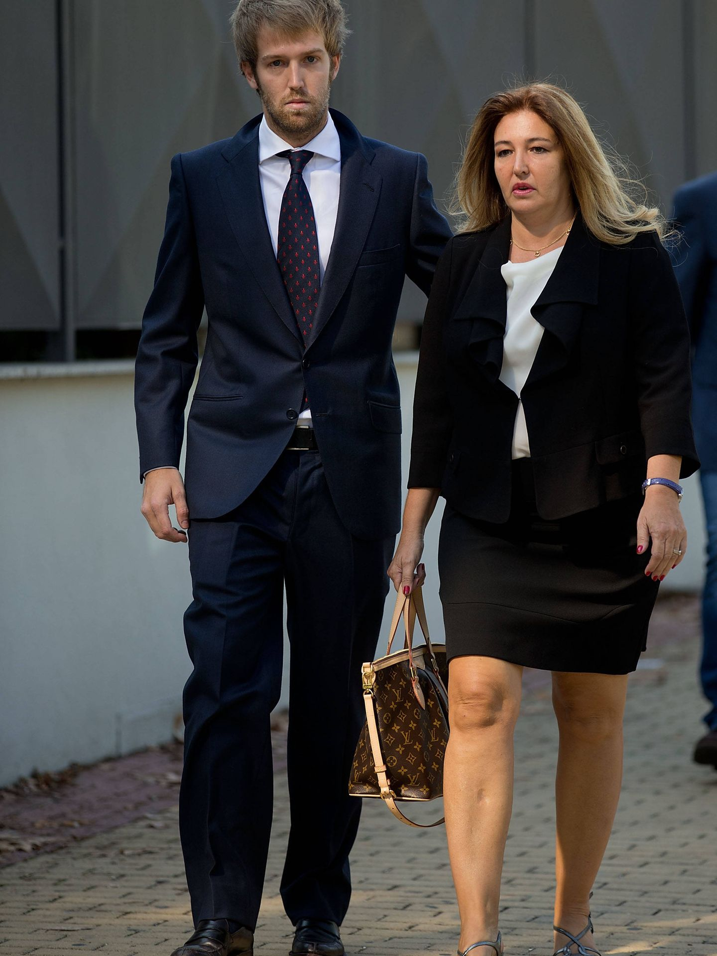 Laura Boyer y Hugo, uno de sus hijos, en el funeral de Miguel Boyer. (Getty)