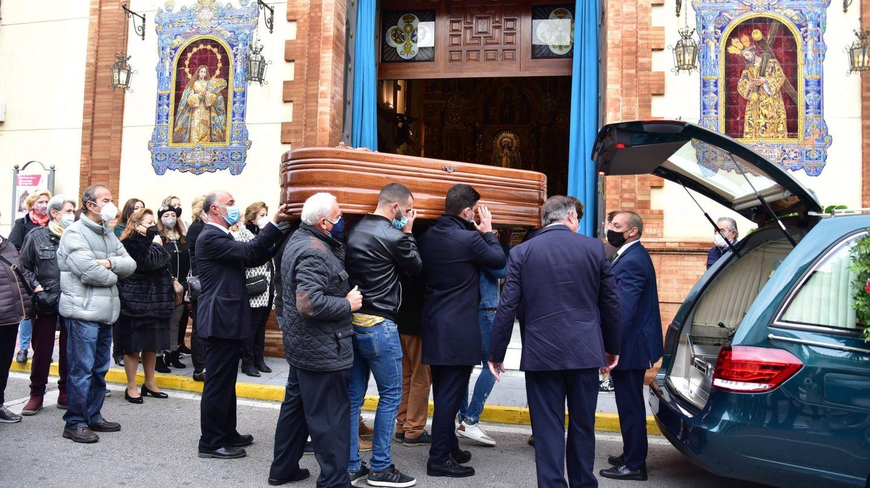 El coche fúnebre con los restos mortales de Manuel Rosales. (CP)