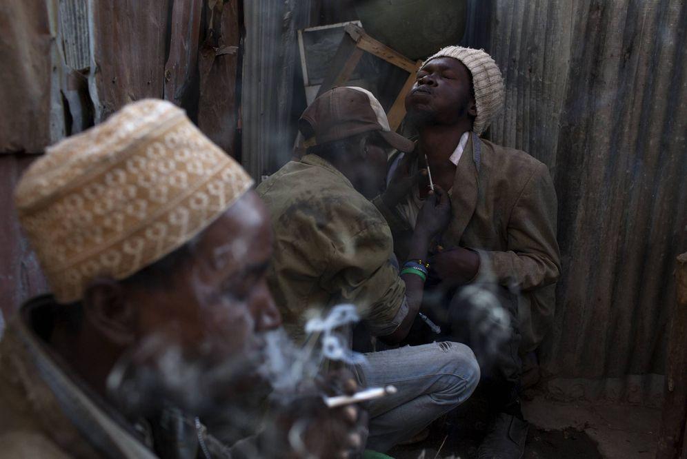 Foto: Varios heroinómanos consumen esta droga en una chabola en Huruma, Nairobi, en julio de 2015. (Reuters)