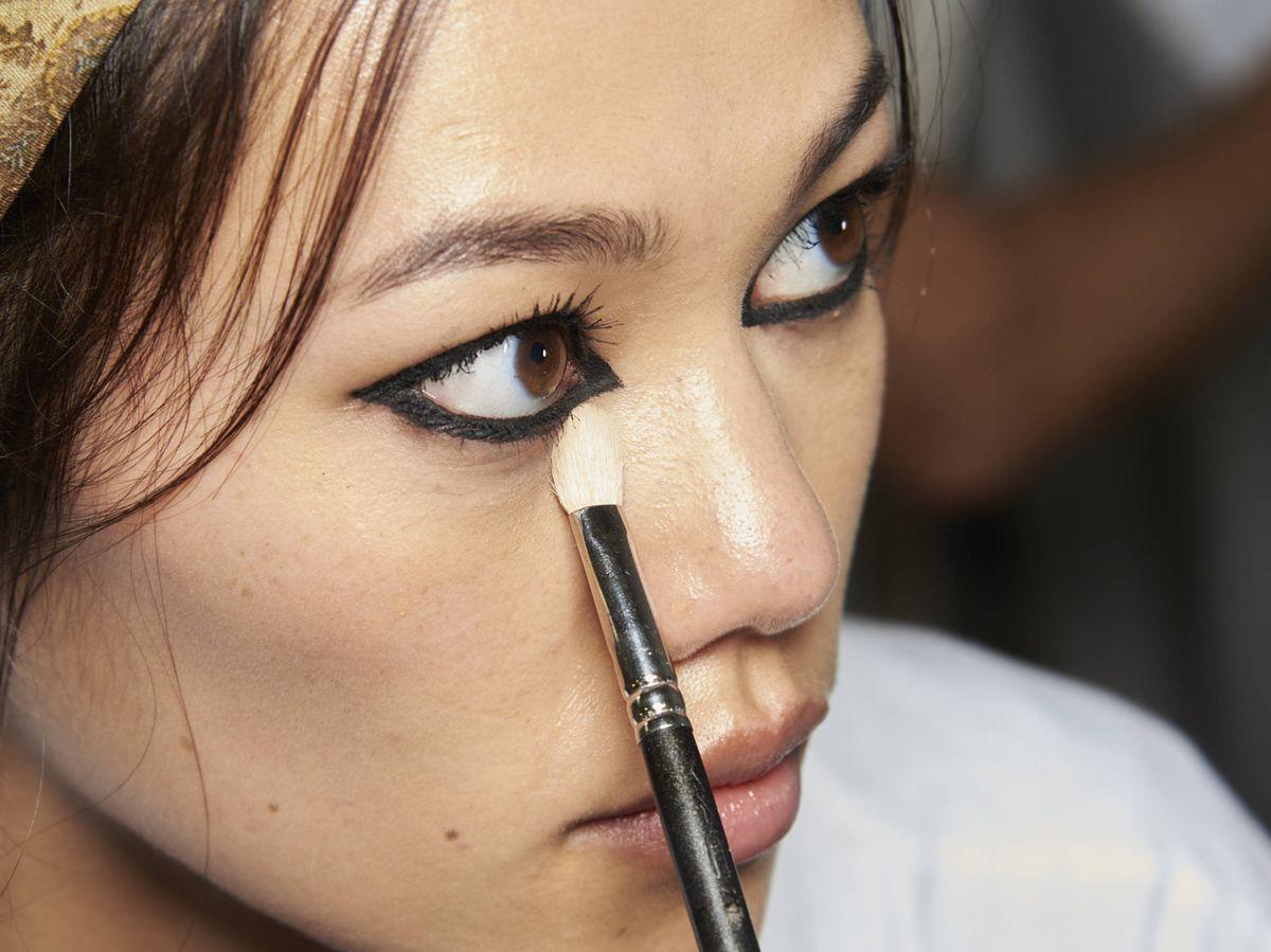 Foto: ¿Se puede conseguir un eyeliner definido e intenso en poco tiempo? (Imaxtree)