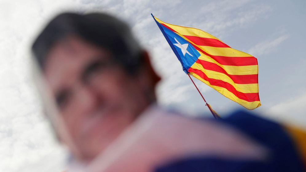 Foto: Una estelada es fotogradiada durante el mitin de Puigdemont en Perpiñán. (Reuters)