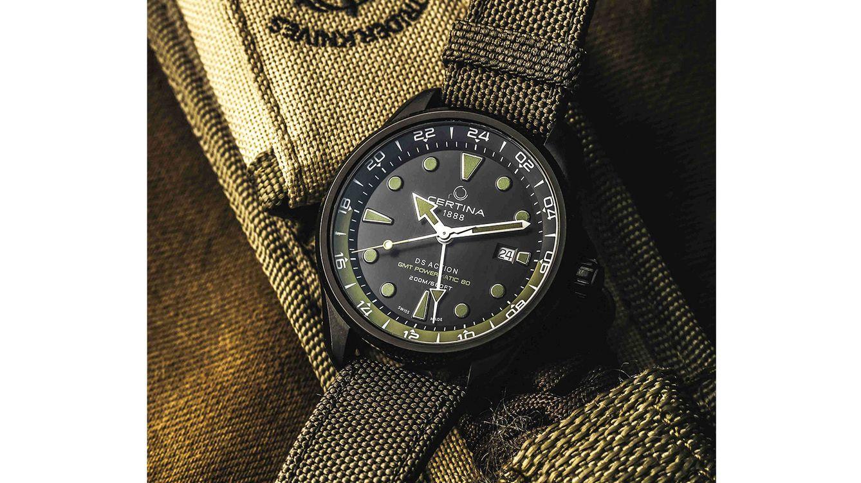 Foto: Para mantener su carácter deportivo y robusto acabado, el reloj está dotado con una correa de tejido verde caqui con cierre de mariposa.