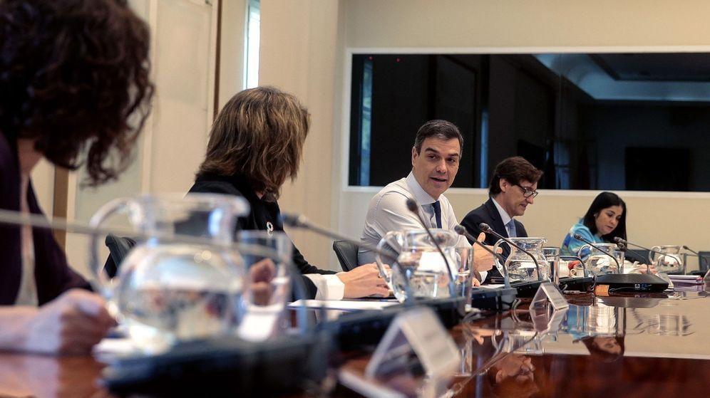 Foto: El presidente del gobierno Pedro Sánchez (c), el ministro de Sanidad Salvador Illa (2d), en la reunión con los presidentes autonómicos. (EFE)
