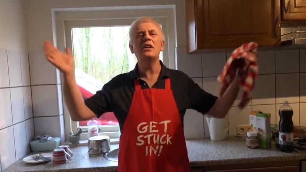 Foto: El profesor Goddard en el papel de 'el viejo Nick', finge estar sorprendido por la llegada de la sexy y joven Carolina a la cocina. (Pornhub)