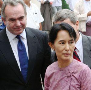 Suu Kyi abandona el arresto domiciliario por primera vez en seis años