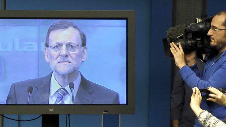 Los periodistas siguen un discurso de Rajoy desde la sala de prensa (Efe).