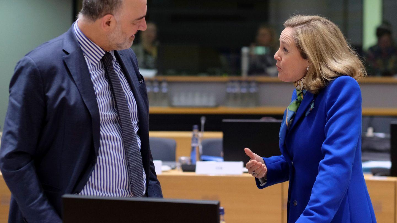 Pierre Moscovici, comisario de Asuntos Económicos y Financieros, charla con la ministra española. (EFE)