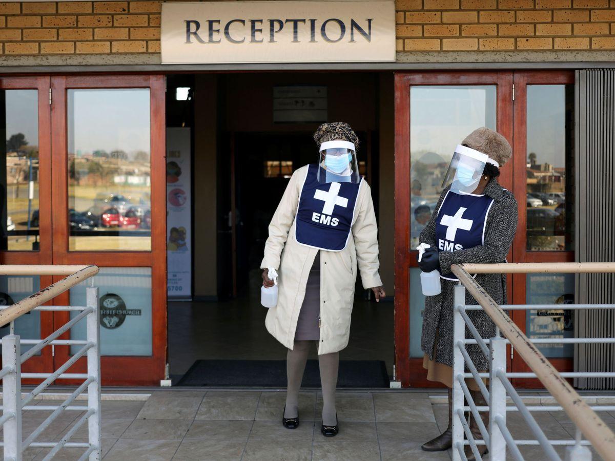 Foto: Enfermeras, a las puertas de un hospital de Sudáfrica. (Reuters)