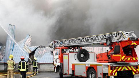 Un incendio en el Polígono de O Ceao afecta a cinco naves y obliga a desalojar una gasolinera