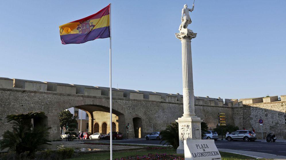 Foto: La bandera republicana izada hace unos días en Cádiz, antes de que un juez obligara a José María González 'Kichi' a retirarla. (EFE)