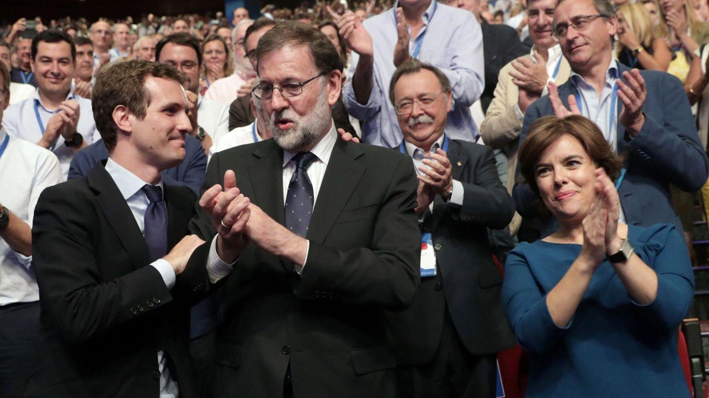 Pablo Casado, nuevo líder del PP, con el expresidente Mariano Rajoy y su contrincante en el congreso popular, Soraya Sáenz de Santamaría, el pasado 21 de julio en Madrid. (EFE)