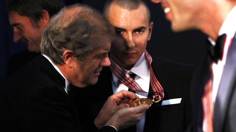 Foto: Agostini observa la medalla de Jorge Lorenzo tras cosechar el Mundial del 2010. (EFE)