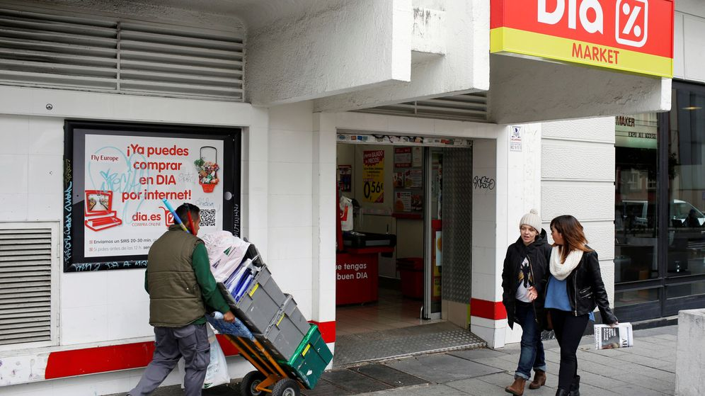 Foto: File photo: people walk outside a dia supermarket in central madrid