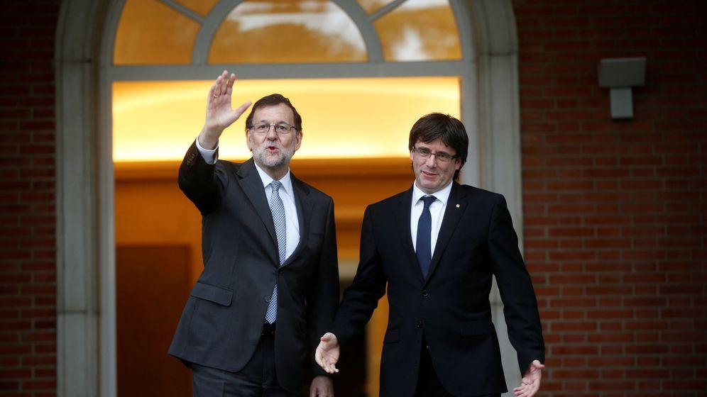 Foto: El presidente del Gobierno, Mariano Rajoy (i), recibe al presidente de la Generalitat, Carles Puigdemont, en la Moncloa. (Reuters)